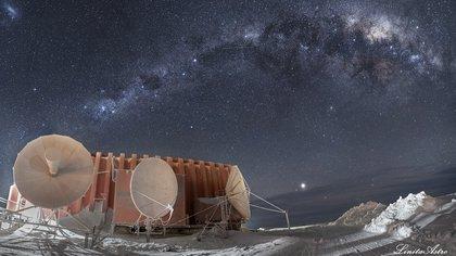 """""""Contacto"""":inspirada en una de sus películas favoritas, se ve Júpiter (el punto brillante en el centro, hacia abajo). """"El planeta estaba en la época de su mayor cercanía con la Tierra, por eso el brillo"""", explica. También se ve el Centro Galáctico lleno de objetos astronómicos, como la nebulosa """"Saco de carbón"""", la """"Galaxia enana"""", la nube mayor de Magallanes (el manchón blanco arriba a la izquierda) y las miles de millones de estrellas que decoran el paisaje de la base."""