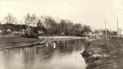 El río que atraviesa Herzogenaurach y que en el pasado separó a los dos hermanos y sus respectivas fábricas
