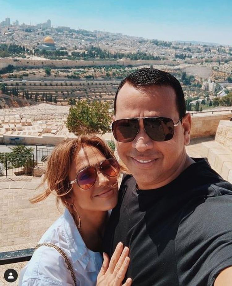 En su cuenta de Instagram también publicó una fotografía al lado de su pareja sentimental, Alex Rodríguez. (Foto: Instagram)