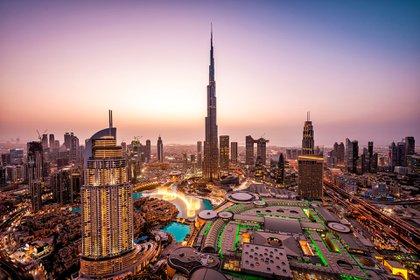 Es conocido por sus lujosos shoppings, el Burj Khalifa y el Burj Al Arab, el primer hotel 7 estrellas del mundo. Cuenta con el shopping más grande del mundo con una pista de ski dentro con aerosillas y otro con una fuente de aguas danzantes. En Dubai también está la parte vieja con sus bazares y el Souk del Oro