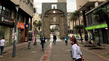 Abundan los barbijos en el centro de Montevideo, frente a la plaza Independencia (Catalina Weiss)