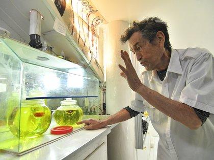 Imagen del 22 de julio de 2020 del doctor Federico Anze mientras muestra dióxido de cloro en la Farmacia Boliviana en Cochabamba (Bolivia). EFE