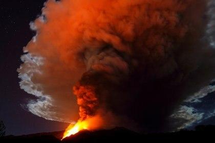 Los ríos de lava visibles durante la erupción nocturna (REUTERS/Antonio Parrinello)