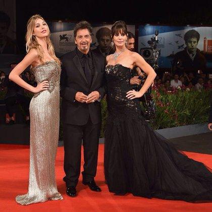 Camila Morrone, Al Pacino y Lucila Polak, una familia felizmente ensamblada en la alfombra roja. La millennial con un diseño en plata bordado y su madre con strapless de encaje y tul. El actor optó por un total black y zapatos de charol.