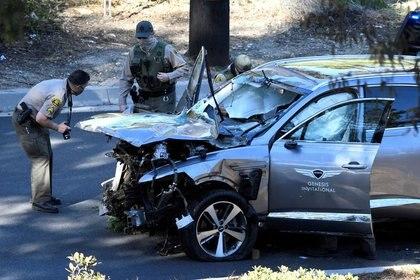 Agentes de policía del Condado de Los Ángeles revisan el vehículo del golfista Tiger Woods, quien fue llevado a un hospital luego de sufrir múltiples lesiones en un accidente que involucró a un único vehículo en Los Ángeles, California (Reuters)