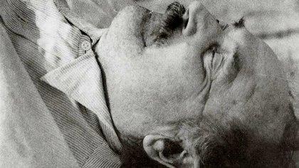 Roschmann en la camilla de la morgue de Asunción, Paraguay. Murió en julio de 1977 de un ataque al corazón. Nadie sabía su nombre: era un NN (Nazis en las sombras, Atlántida)