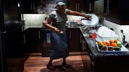 Altagracia Alvino preparaba un estofado de cabrito mientras su nieto, Vladimir Guerrero Jr., dormía (Tara Walton para The New York Times)