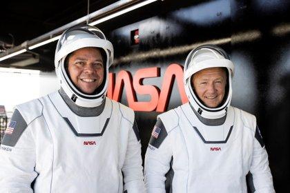 Los astronautas de la NASA Bob Behnken (i) y Doug Hurley (d) lucen sus trajes en el Centro Espacial Kennedy, en Cabo Cañaveral (EFE/SpaceX)