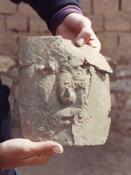 """Una de las tumbas halladas adquirió popularidad porque """"en ella se halló una máscara de cobre"""" (Télam)"""