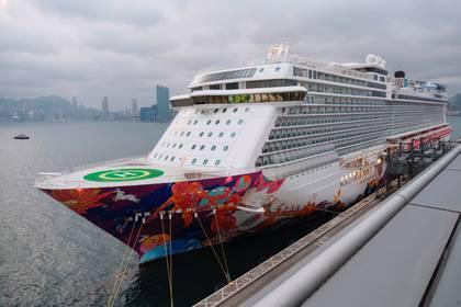 El crucero World Dream, al que se le denegó la entrada en Taiwán en medio de preocupaciones de infección por coronavirus a bordo, se ve atracado en la Terminal de Cruceros Kai Tak en Hong Kong, China, 5 de febrero de 2020. (REUTERS / Tyrone Siu)