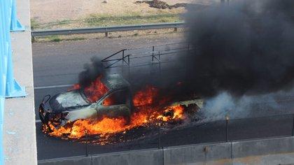 CELAYA, GUANAJUATO, 31MARZO2020.- Siete personas muertas fue el saldo de dos ataques a negocios en Celaya. El primero: una camioneta quemada en la carretera panamericana Querétaro-Celaya, en Cortazar y a la altura de la Universidad Politécnica de Cortazar. El segundo: un muerto en enfrentamiento con Fuerzas de Seguridad Pública del Estado (FSPE), sobre la carretera Cortazar-Jaral de Progreso, en la colonia Piedra Clavada.  FOTO: DIEGO COSTA/CUARTOSCURO.COM