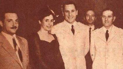 Una de las primeras fotografías de Evita con Perón, en 1944, publicada por historiadelperonismo.com