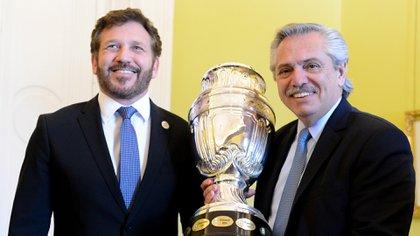 Alejandro Domínguez y Alberto Fernández, con el trofeo de la Copa América (Presidencia)