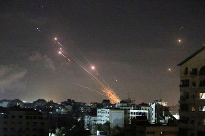 Foto del miércoles de cohetes lanzados por militantes palestinos hacia Israel en Gaza (REUTERS/Ibraheem Abu Mustafa)