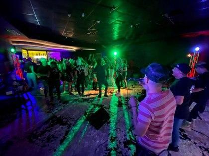 En las fotos de la fiesta se ve a los invitados bailando sin distanciamiento social