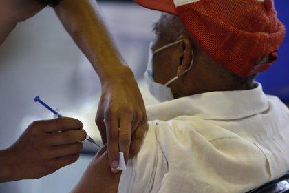 El segundo objetivo de vacunación contra COVID-19 son las personas con 60 años o más (Foto: AP / Rebecca Blackwell)