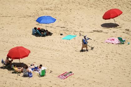 Gente en la playa respetando la distancia social en Ocean City, Maryland REUTERS/Kevin Lamarque