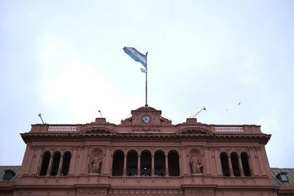 Una bandera flamea sobre la Casa Rosada (REUTERS/Carlos García Rawlins)