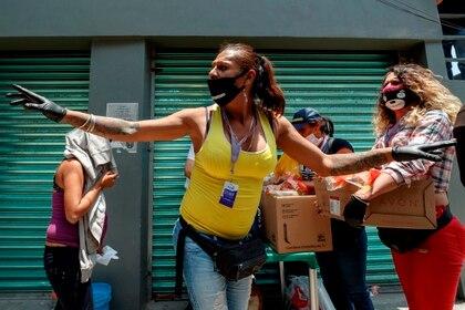 Activista trans y presidenta de la asociación Casa de las Muñecas Tiresias organiza la entrega de alimentos a personas de escasos recursos en Ciudad de México. (Foto: EFE/José Méndez)