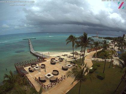 Vista desde el Hotel Hyatt Ziva Cancún, durante el paso de la tormenta tropical Marco (Foto: Twitter Webcams de México)