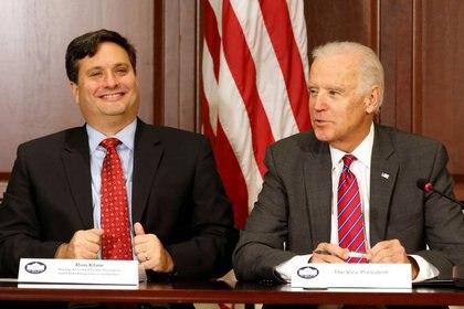 FOTO DE ARCHIVO: El actual presidente electo de los Estados Unidos y por entonces vicepresidente de los EEUU junto con el por entonces coordinador de la respuesta ante el Ebola, Ron Klain y próximo jefe de Gabinete de la Casa Blanca, en Washington, EEUU, el 13 de noviembre de 2014. REUTERS/Larry Downing/Foto de archivo