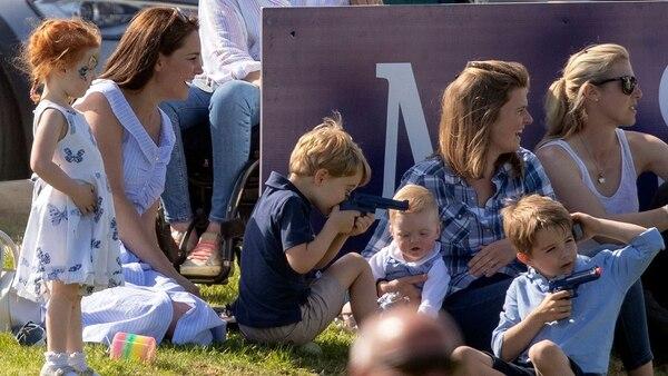 El príncipe George juega con una pistola de plástico mientras su madre disfruta del partido de polo en el Beaufort Polo Club (The Grosby Group)