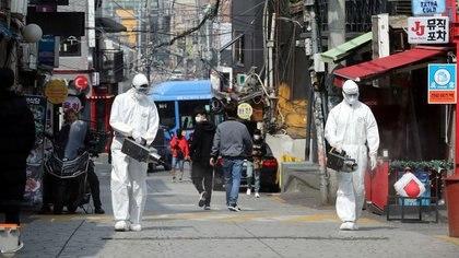 Trabajadores desinfectan un club nocturno en el barrio de Itaewon, tras el brote de coronavirus (COVID-19), en Seúl, Corea del Sur, el 12 de mayo de 2020. Yonhap/via REUTERS