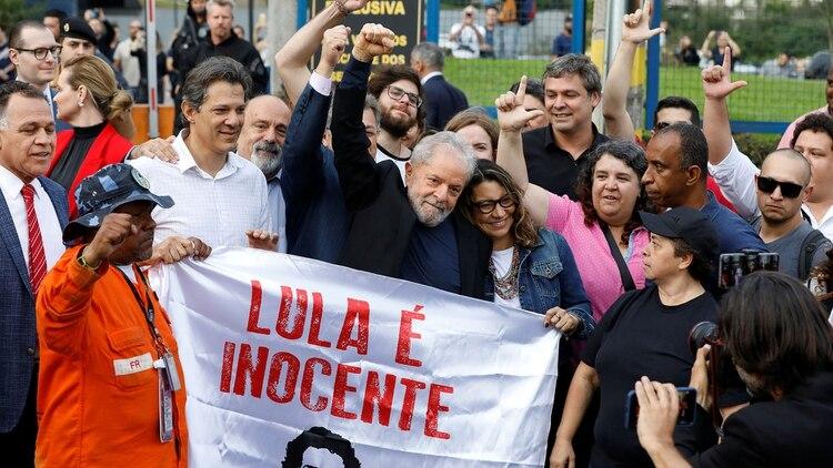 La primera imagen de Lula da Silva después de su liberación (Reuters)