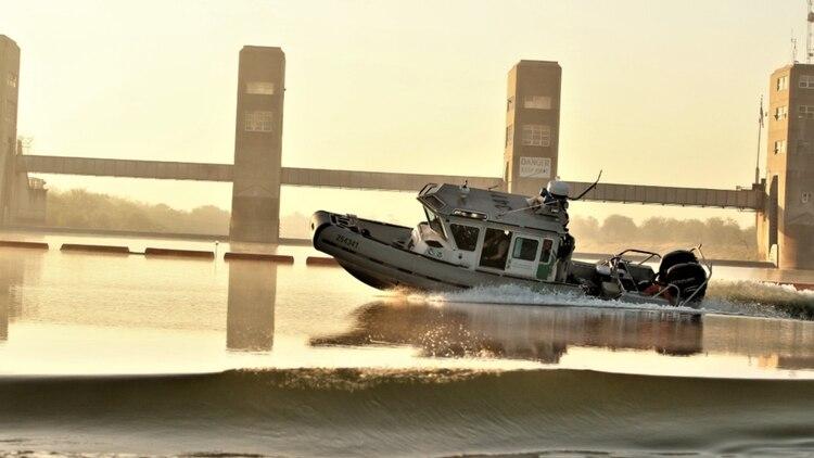 Una unidad marina que patrullaba el Río Bravo recibió disparos por cuatro sujetos que activaron el arma más de 50 veces (Foto: Twitter/ CBPRGV)