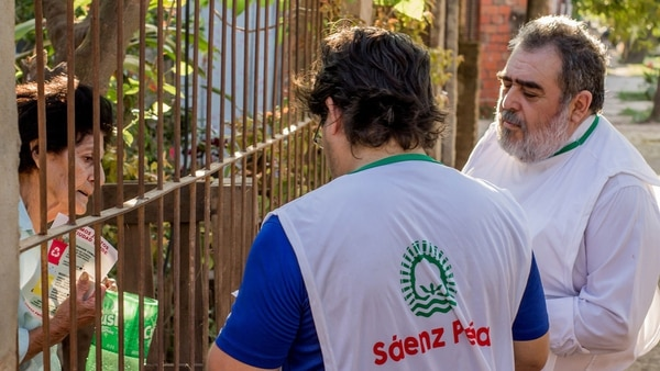 Sáenz Peña hace campañas puerta a puerta para concientizar a los vecinos sobre el cuidado del medio ambiente