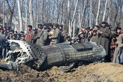 Soldados indios cerca de los restos del avión que cayó en territorio indio(Tauseef MUSTAFA / AFP)