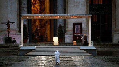 El papa Francisco entrega una extraordinaria bendición Urbi et Orbi (a la ciudad y al mundo), normalmente dada solo en Navidad y Pascua, desde una plaza de San Pedro vacía, como respuesta a la pandemia mundial de la enfermedad por coronavirus (COVID-19), en el Vaticano, 27 de marzo de 2020 (Reuters/ Yara Nardi/ Pool)