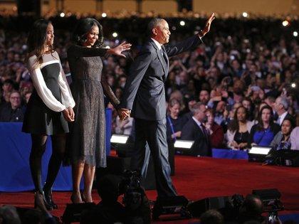 El 10 de enero de 2017 en el discurso de despedida del Presidente Obama, Michelle eligió para la ocasión un vestido de su diseñador favorito Jason Wu, de color auzl marino con encaje. (AP Photo/Nam Y. Huh)