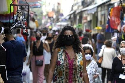 Gente camina en una popular calle comercial en medio del brote de COVID-19 en Río de Janeiro, Brasil. 16 de septiembre de 2020. REUTERS/Ricardo Moraes