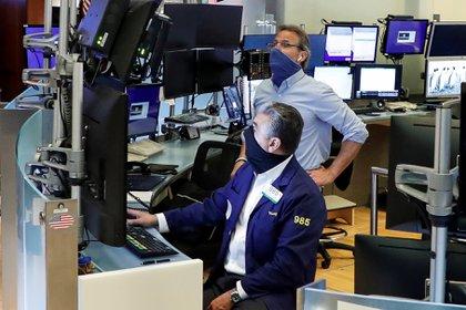 Los operadores de Wall Street regresaron al recinto este martes después de la cuarentena. (Reuters)