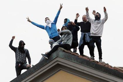 Una protesta de reclusos en contra de restricciones vinculadas al coronavirus en la cárcel San Vittore en Milán, Italia, el 9 de marzo del 2020. (AP Photo/Antonio Calanni)