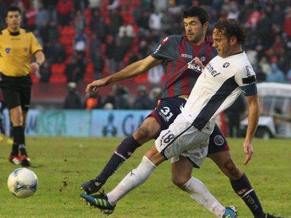 Maglio de fondo observa a Gigliotti y Milito luchar por la pelota (FotoBaires)