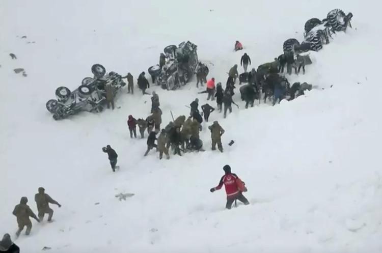 Los rescatistas buscaban a las víctimas de la avalancha del martes cuando un nuevo alud los sorprendió (Reuters)