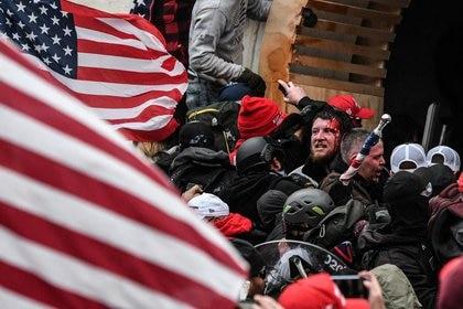 Foto de archivo de seguidores del Presidente de EEUU, Donald Trump, chocando con la policía en su asalto al Capitolio.  Ene 6, 2021. REUTERS/Stephanie Keith