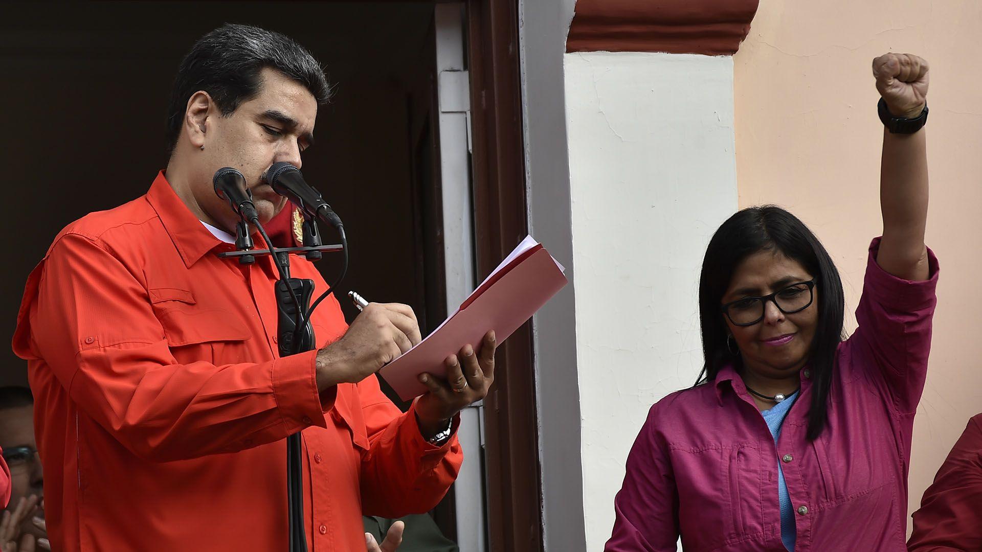 Nicolás Maduro y Delcy Rodríguez (Photo by Luis ROBAYO / AFP)