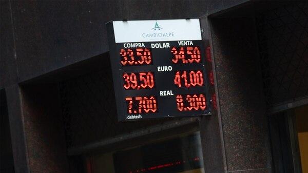 El dólar ayer superó los 34 pesos (foto: Federico Cosso)