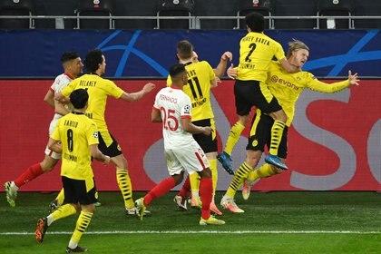 Algunos futbolistas del Sevilla intentaron atacar al delantero después de convertir el penal (Reuters)