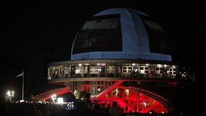 En la Argentina y precisamente en la ciudad de Buenos Aires emblemáticos edificios se iluminaron de rojo por el Día Mundial de la Hemofilia (EFE/Leo La Valle/Archivo)