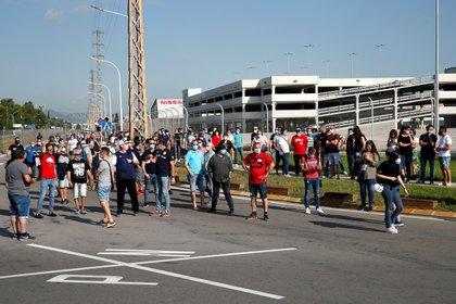 Trabajadores de Nissan se han concentrado ante el centro de producción de la Zona Franca, este jueves en que la empresa ha comunicado al Gobierno oficialmente a primera hora de esta mañana el cierre de su planta de Barcelona.EFE/ Alejandro García