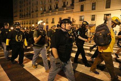 Miembros del grupo de extrema derecha Proud Boys marchan para protestar por los resultados de las elecciones, en Washington, EEUU,12 de diciembre de 2020. REUTERS/Jim Urquhart