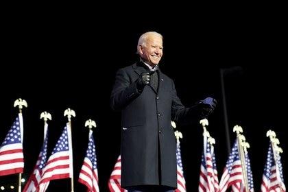 El candidato demócrata a la presidencia de Estados Unidos y ex vicepresidente Joe Biden sonríe durante un mitin de campaña en el Heinz Field en Pittsburgh, Pensilvania. REUTERS/Kevin Lamarque
