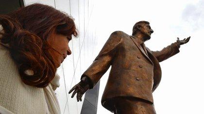 La estatua de Néstor Kirchner frente a la sede del Unasur en Ecuador. A su lado, Cristina Fernández de Kirchner. (Presidencia)