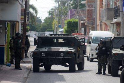 """Durante el arresto también cayó una mujer presentada por las autoridades como Viridiana """"N"""", quien no ha sido identificada dentro de la línea de mando del Cártel Santa Rosa de Lima (Foto: EFE/ Str)"""