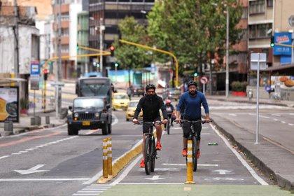 Ciudadanos montan bicicleta en Bogotá en las ciclorrutas. Foto: Colprensa.