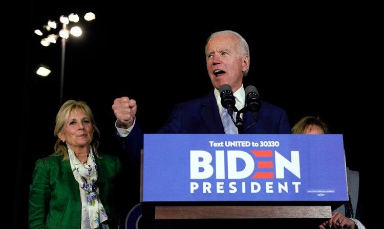 El candidato demócrata a la presidencia y ex vicepresidente Joe Biden se dirige a los partidarios con su esposa Jill a su lado durante su mitin el martes por la noche en Los Ángeles, California (Reuters/ Kyle Grillot)